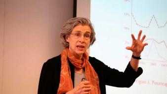Profesora Elizabeth Wood abordó motivos de la violencia sexual en tiempos de guerra